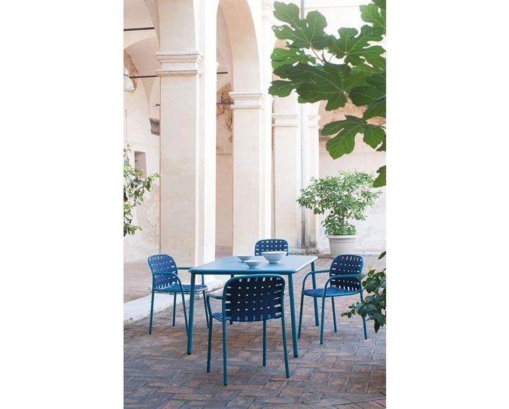Der Yard Armlehnstuhl von Designer Stefan Diez besticht durch seine schlichte und gradlinige Gestaltungsweise. Das Gestell aus pulverbeschichtetem Aluminium ist mit einem robusten, elastischen Gurtgeflecht bespannt und bietet eine gemütliche Sitzfläche. Die Verwendung und Verarbeitung von wetterfesten Materialien garantieren das Yard im Garten, auf der Terrasse, jedoch gleichermaßen im Innenbereich passt. Der Stuhl lässt sich bis zu vier Mal stapeln und somit platzsparend verstauen.