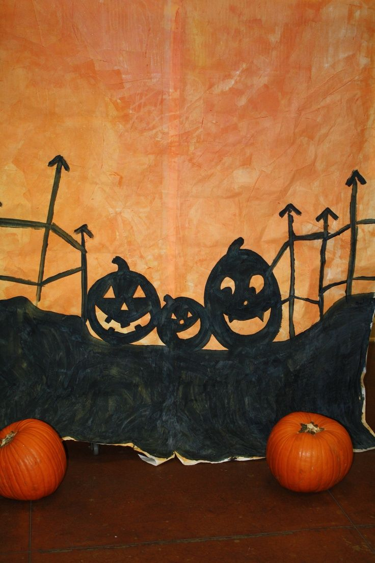 a simple halloween backdrop that can be set up and moved quickly - Halloween Backdrop