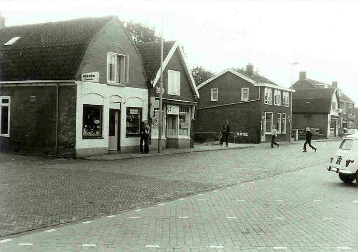 Heemskerk - Maarten van Heemskerkstraat met de ijssalon.
