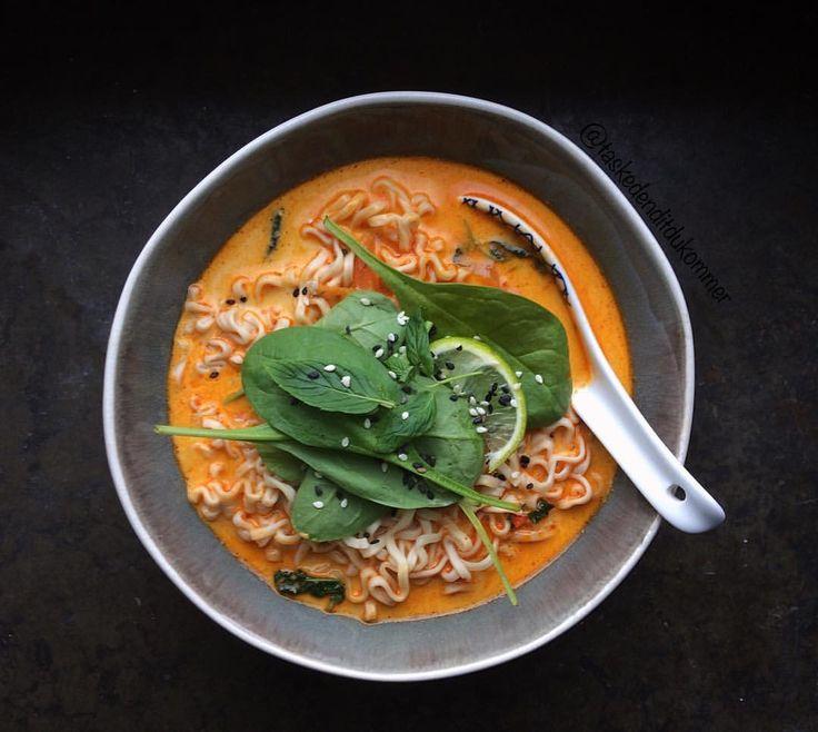 Snabb nudlar i gott sällskap av thai-basilika, kokosmjölk, röd curry, vitlök, lime och spenat. 🌱 Recept på blogg sedan tidigare!