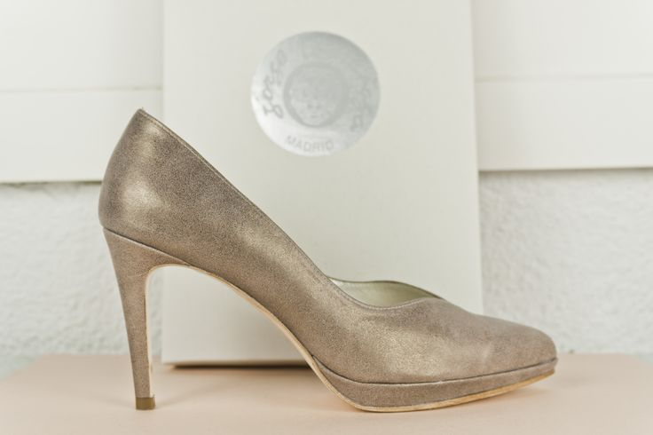 #Zapato #salon #plataforma #piel #metalizada #zapatos #shoes #platform #stiletto #original #style #design #madrid #madeinspain #sabates #oinetakoak #scarpe #schuhe #chaussures BUY//COMPRAR: www.jorgelarranaga.com/es/home/366-411.html