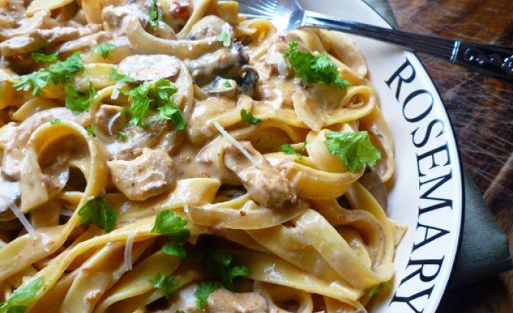 Сытное блюдо для ленивых: паста тальятелле с курицей и грибами