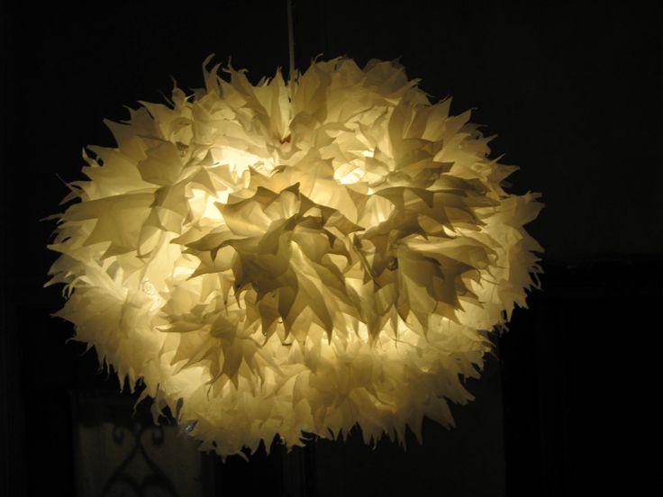 Lámpara colgante realizada con bolsas plásticas de supermercado. La estructura la hice con malla de gallinero, las bolsas primero se trabajan igual que los pompones de seda, y luego se atan.