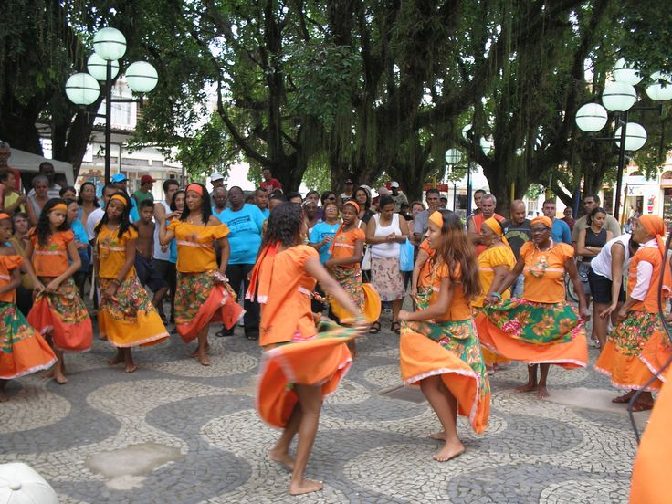 Maracatu, jongo, samba de roda, cirandas, carimbó, mineiro-de-pau e cacuriá são algumas das danças populares