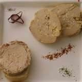 Foie gras is lever van een gans of eend. De kleur varieert van ivoorwit tot lichtroze. De lever van een eend is iets donkerder en heeft een meer uitgesproken smaak dan ganzenlever. Foie gras is een kostbaar gerecht dat door zijn fijne smaak aan het begin van een maaltijd geserveerd .  Heerlijk met een dessertwijn b.v. Sauternes Wordt verpakt in blikjes van 80 gram