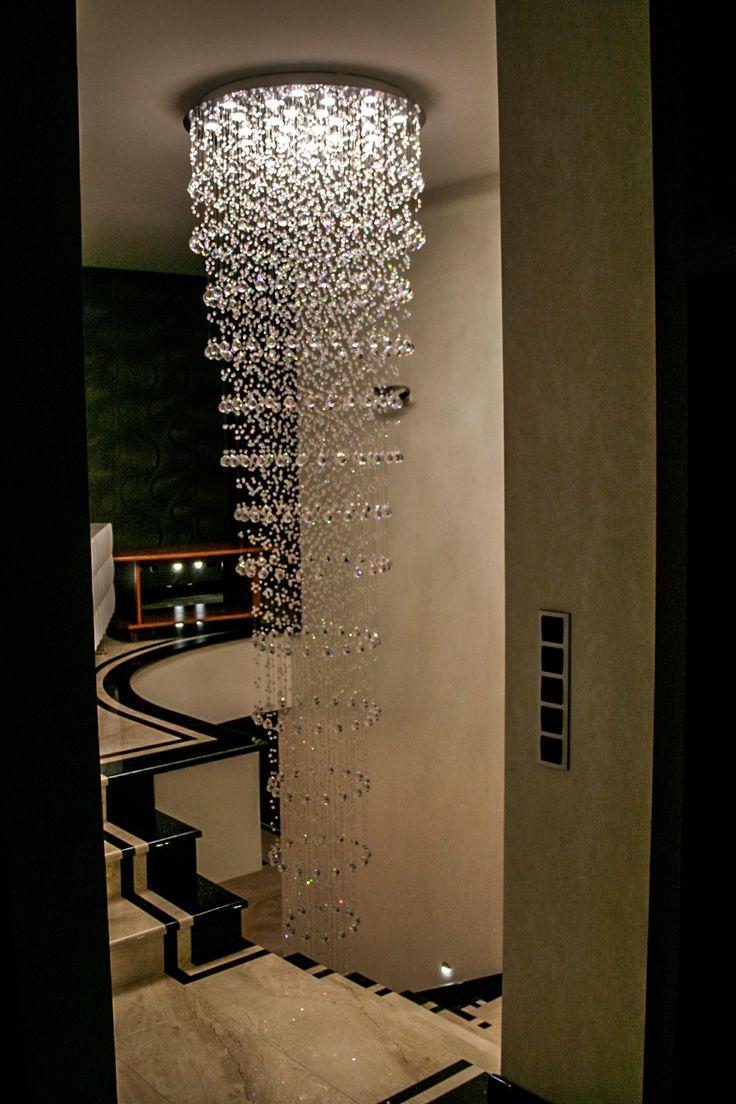 Kryształowa kaskada nad schodami. Kryształowa lampa.