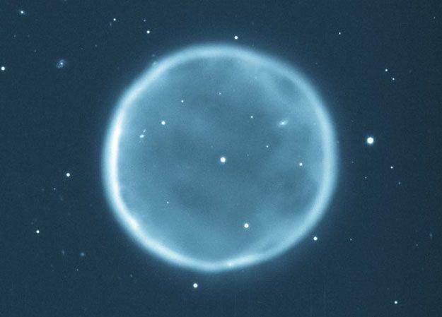 Una de las mayores esferas de nuestra Galaxia proporciona valiosas pistas sobre la composición química de las estrellas por su propia forma. La nebulosa planetaria Abell 39, en la actualidad de seis años luz de ancho, fue una vez la atmósfera exterior de una estrella del tipo del Sol expulsada hace miles de años.