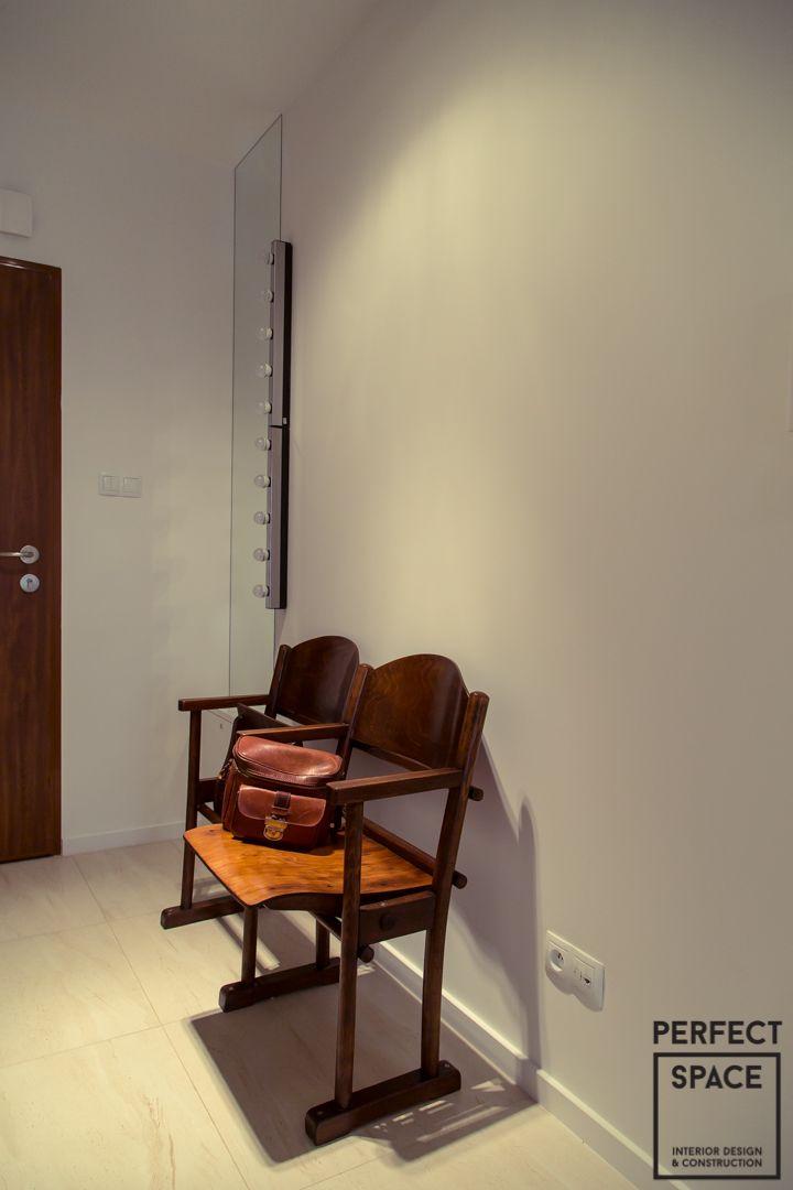 To mieszkanie ma własny, niepowtarzalny klimat. Nie-krzykliwe, stonowane wnętrze z deskami podłogowymi układanymi w poprzek, tapetą na której jest Charlie Chaplin zachęca do spokojnego, powolnego spędzania w nim czasu.  Bardzo duża ilość stolarki, spora (wbrew pozorom) kuchnia z fototapetą na backsplashu (motyw kwiatowy), przeszklona biblioteka w salonie, oraz duża szafa garderobowa w sypialni (umieszczona obok tapety ze scenką rodzajową) to również wyróżniki tej inwestycji.