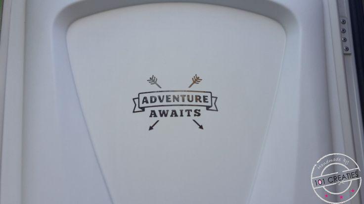Tekst op onze caravandeur. Kom maar op met het avontuur!