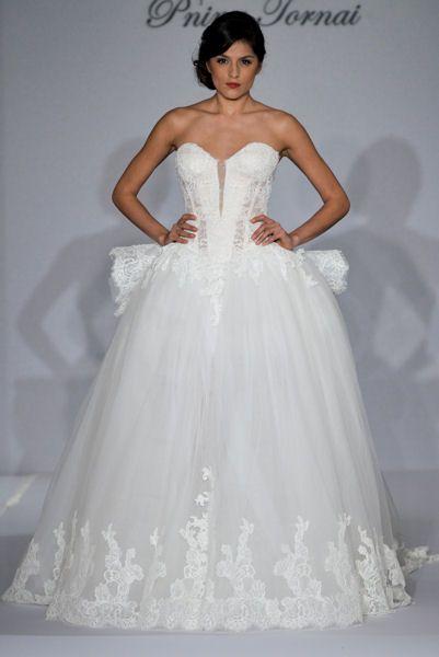Bridal Week 2015 de New-York : Pnina Tornai Cete robe est (je trouve) inspirée de celles que l'on portait il y a quelques siècles à la cour du roi soleil, mis à part le bustier bien sur. Verdict ?