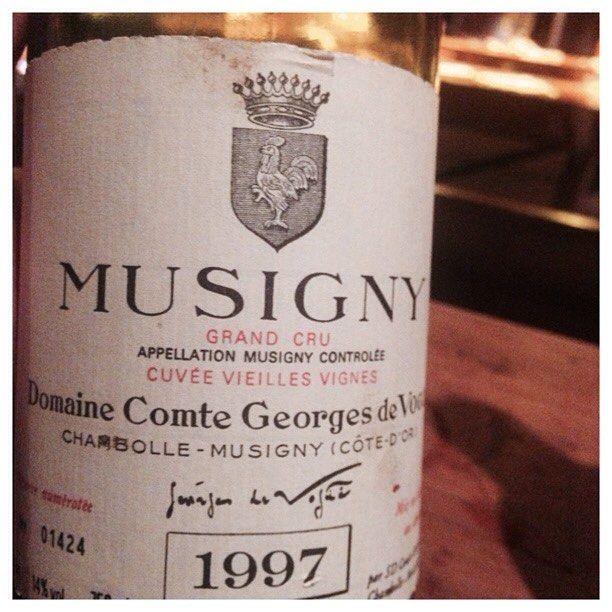 """Comtes Georges de Vogüé Musigny GC Cuvée Vieilles Vignes 1997. Como o Sine Qua Non Incognito da rodada anterior este teve quase a unanimidade de preferência. A """"Gisele Bündchen"""" na forma líquida. Exótico, perfumado, frutas vermelhas ainda presentes, algo de geléia e violetas. Fora de série. #comtegeorgesdevogue #musigny #pinotnoir #bourgogne"""