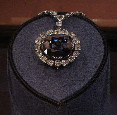 Il diamante Hope è famoso non solo per essere appartenuto a molti potenti della storia, ma anche per portare con sè una terribile maledizione: tutti [...]