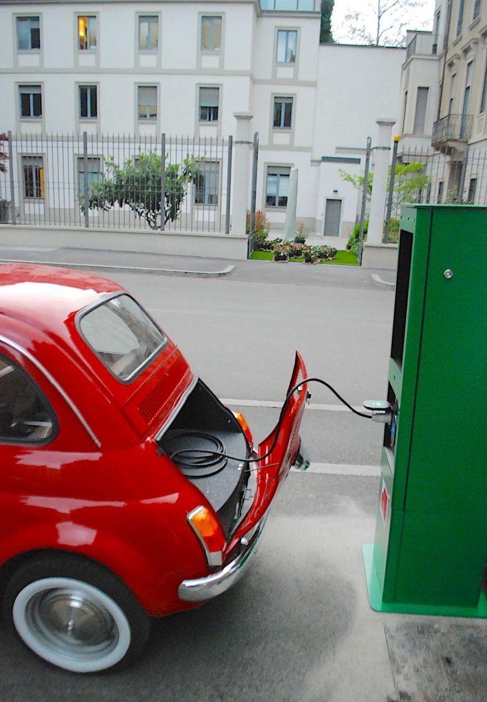 Officine Ruggenti trasforma auto classiche in vetture ecologiche mosse da motori elettrici con batterie al litio che offrono 250 Km di autonomia