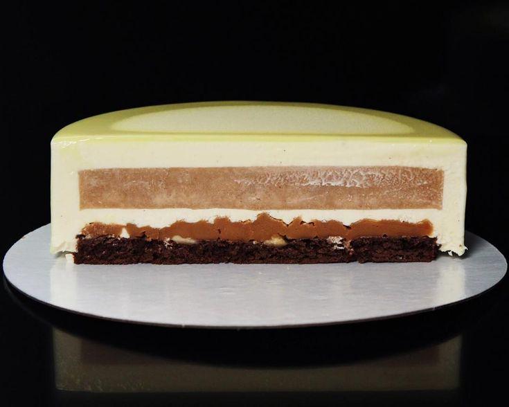Как вчера обещала, выкладываю разрезы тортов.  Сливочная груша.  Мне кажется ее полюбили все. Состав: - влажный брауни с хрустящей жиандуйей и грецким орехом - мягкая сливочная солёная карамель - грушевый центр с ванилью и лаймом - сливочный ванильный пломбир с маскарпоне. #тортназаказ #тортназаказкемерово #торткемерово #муссовыйторт #тортбезмастики #современныйторт #современныедесерты #современныйдесерт #муссовый_торт_42 #муссовыйторткемерово #pastry #pastrychef #bakery #homebakery #past...