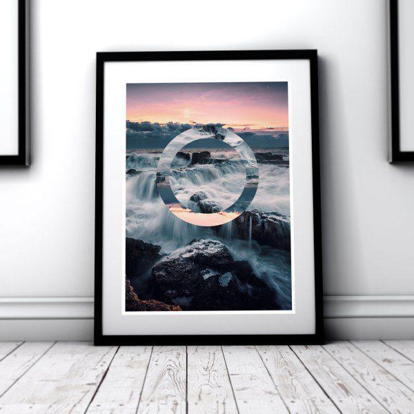 Oceanfall  Et lett opprørt havlandskap i solnedgang. Vannet slår inn over klipper i fjæra og blir som små fosser i landskapet. Den geometriske figuren bryter i bildet med en harmonisk speiling.  Artprint 180g Matt Silk. Archival ink. 50 x 70 cm / 30 x 40 cm