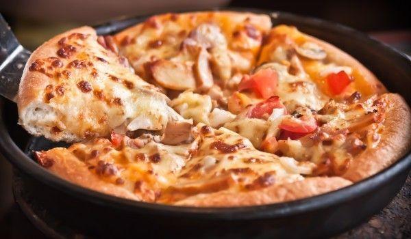 Бъркана домашна пица - Рецепта. Как да приготвим Бъркана домашна пица. Във водата се разтваря маята и солт...