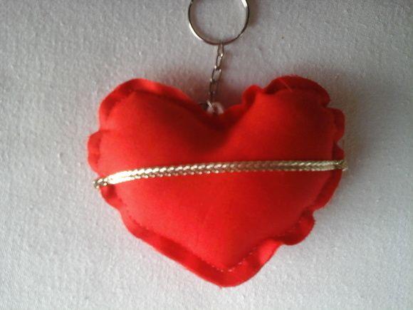 O coração com a aliança é uma ótima lembrancinha para eventos como noivado ou bodas.  O corações são em tecido vermelho de algodão. O enchimento é acrílico antialérgico. Pronta entrega R$ 6,00