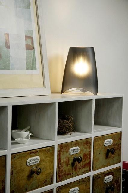 Elegancka i nowoczesna lampa stołowa Mood marki Koziol. Produkt został wykonany z najwyższej jakości tworzywa sztucznego. Lampa wywołuje hipnotyzujący nastrój. Lampa dostępna jest w kilku wersjach kolorystycznych.