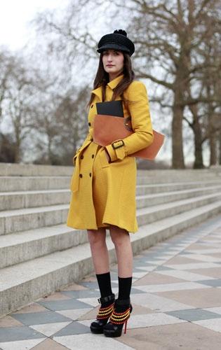 yellow!: Shoes, Fashion Streetstyl, Fashion Week, Fashion Lessons, Street Style London, Street Styles, Street Style Fashion, Yellow Jackets, Trench Coats