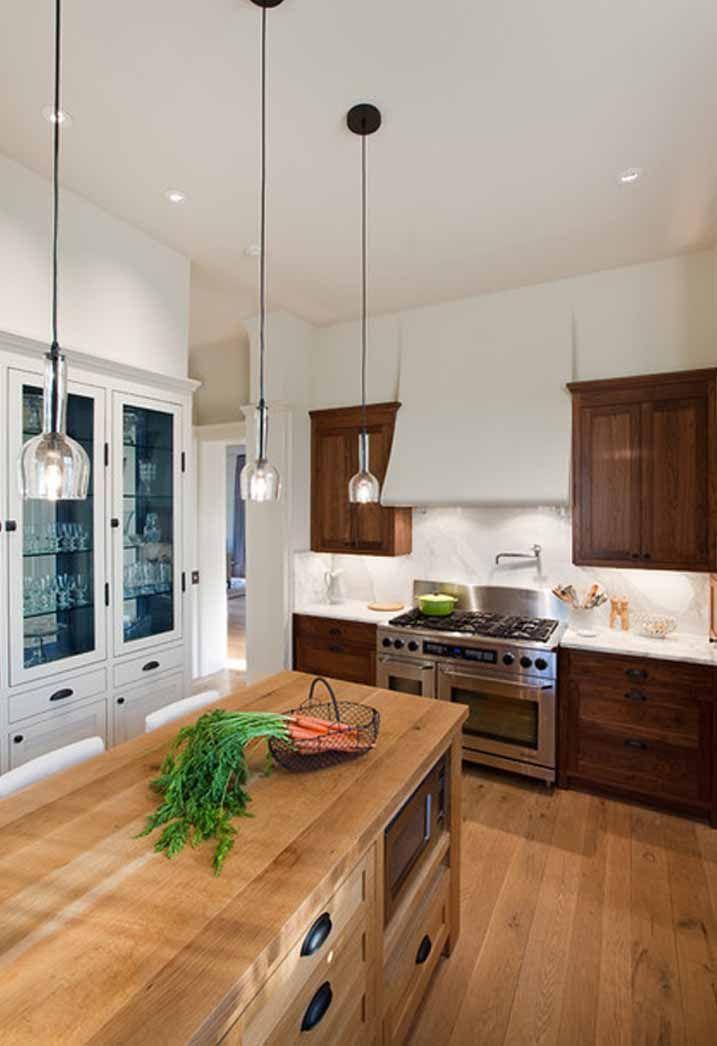 Een klassiek stijl landelijke keuken, met open voorraadkast, een opvallende afzuigkap met 6 pits gasfornuis met oven. De afzuigkap doet ook denken aan vroeer. Het gebruik van verschillende houtsoorten maakt de keuken warm en opvallen. De verlichting is mooi rustig gehouden.