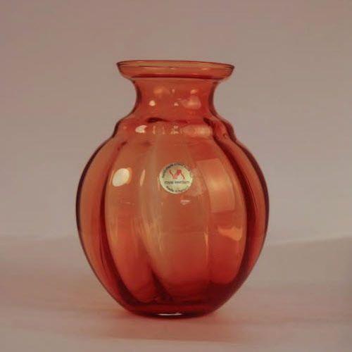 Uitgegeven ter gelegenheid van 50-jaar bevrijding. Een ontwerp van Jan van der Vaart In 1995 maakte men voor de vervaardiging van deze serie oranje vaasjes wederom gebruik van het glasrecept uit 1945. Oplage van 200 stuks