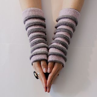 """Crocus"": wrist warmers with tucks. Free pattern in English and Norwegian."