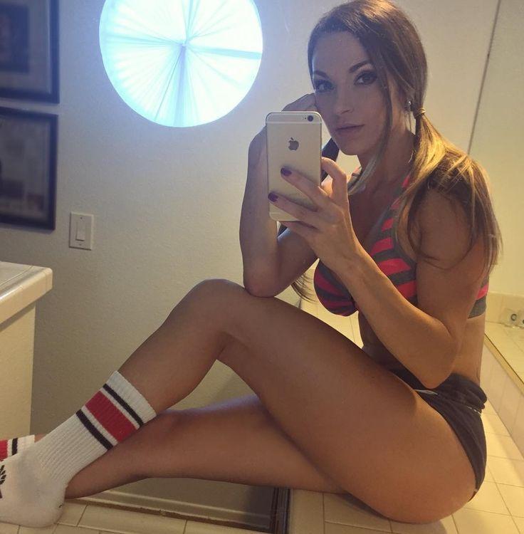 Hottie in bathrom selfie - Pic.gl #bathroomselfie #selfie #girls #hottie #hot #sexy #fitness #legs #shorts #tight