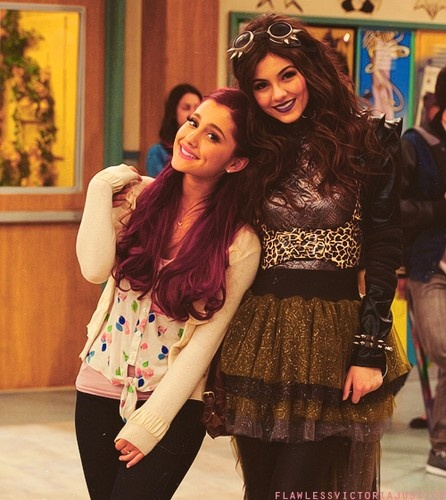 Ariana Grande and Victoria Justice behind the scenes Victorious
