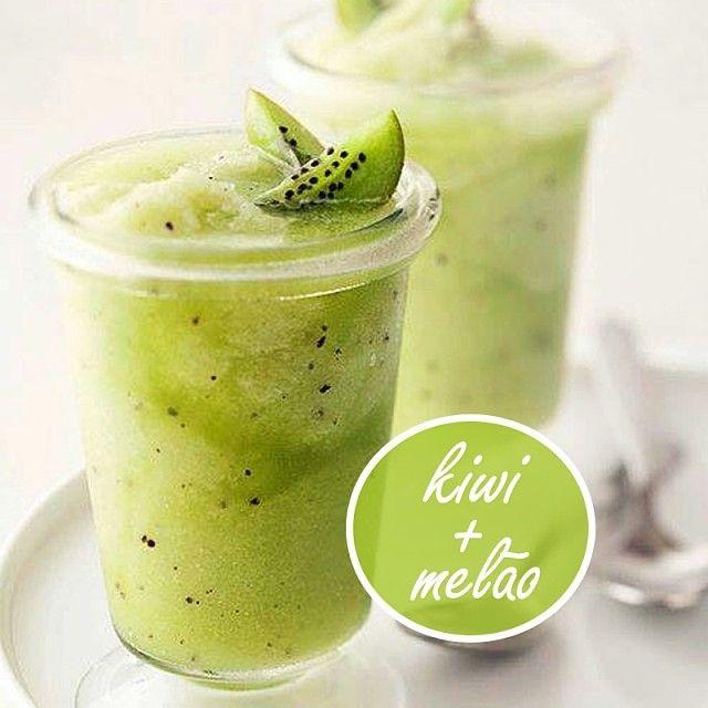 3 fatias médias de melão;  2 kiwis descascados;  1 copo de água de coco (300 ml).