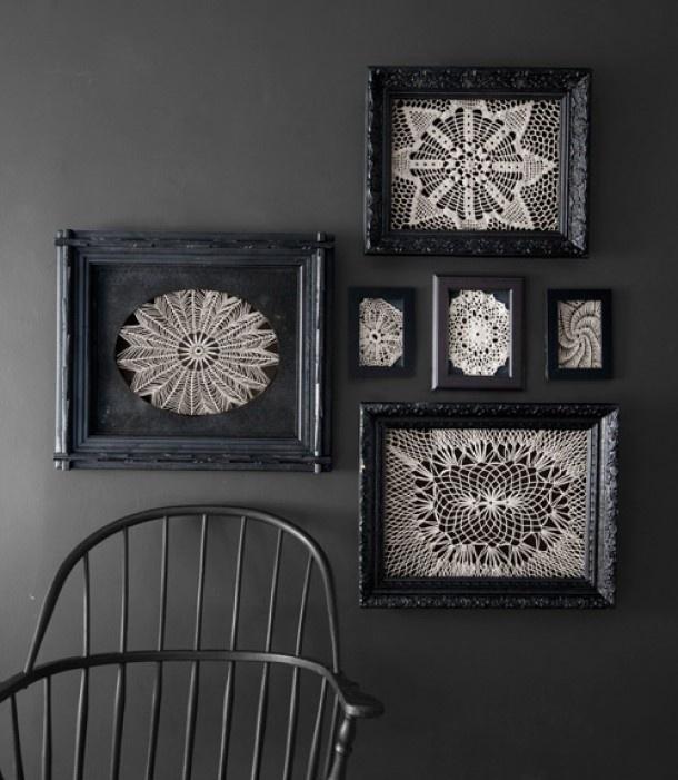 black frames - crochet - zwarte lijstjes - muur - kanten kleedjes - haken