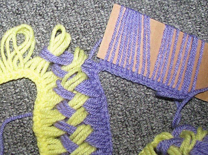 Moderna bufanda de crochet fácil hecha con un molde de cartón .