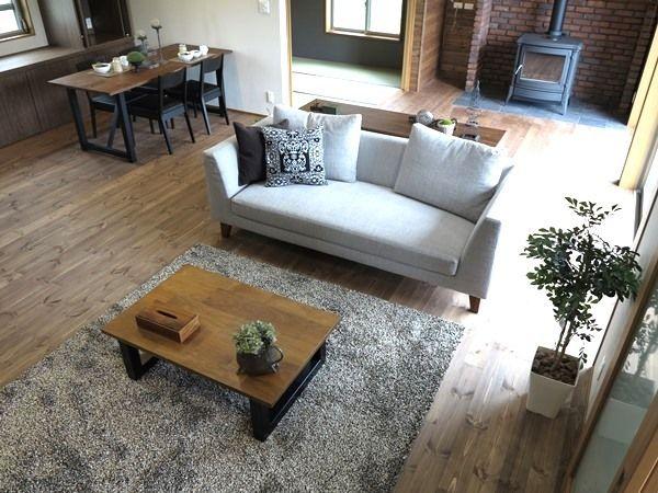 パイン無垢材の床をブラウン色に塗装した内装にウォールナット無垢材とブラック色を取り入れたコーデ の画像|家具なび ~きっと家具から始まる家づくり~