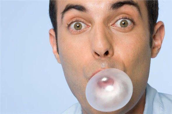 Sakız çiğneyin. Tükürük, ağız kokusu ile savaşmanın en güçlü yoludur. İçinde yemek parçacıklarını yerinden söküp mideye gönderecek güçlü enzimler, güçlü bakteri öldürücü antibiyotikler vardır. Şekersiz sakız çiğnemek, tükürük salgınızı artırarak ağız temizliğinize yardımcı olur. Doğal tatlandırıcı olan xylitol içeren sakızlar da bu konuda size yardımcı olabilir.