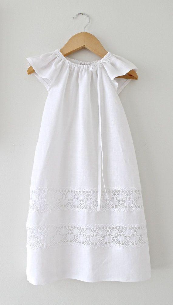 Dies ist eine schöne lange traditionelle Länge Taufe Kleid mit Ärmeln Engel in weichen weißen reinem Leinen, weißer Baumwolle Lace fügt und beendete
