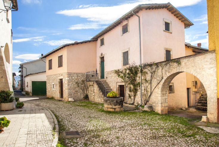 Logna - L`abitato conserva le caratteristiche originali. Frequenti sono gli elementi architettonici e decorativi: portali, finestre, logge ed archi