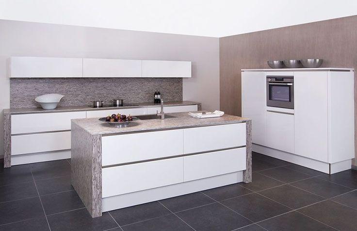 Showroomkeukens   Alle Showroomkeuken aanbiedingen uit Nederland keukens voor zeer lage keuken prijzen   Stijlvolle eilandkeuken in wit hoog...