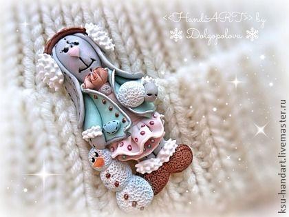 Брошь `Зайкина зимняя сказка`. Как много радостей доступно зимой?! Саночки, коньки, снежные ангелы... Наша зайка любит лепить снеговичков и играть в снежки. В то же время она большая модница! Носит меховые ушки, стильное пальтишко и юбочку в…
