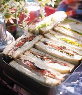 Tomatensalat mit Himbeeren, Olivenfladen mit Dip und Mangold-Törtchen sind perfekt fürs Picknick.