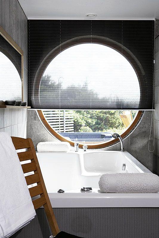 Plissé över runt fönster i badrum