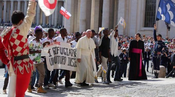 """El Papa junto a un grupo de refugiados advierte que """"el cristiano no excluye a nadie"""" 22/06/2016 - 04:17 am .- En la Audiencia General de este miércoles, el Papa Francisco se ha hecho acompañar de al menos 14 refugiados de África que lo esperaban a su llegada a los pies de las escaleras que llevan al estrado donde el Pontífice se sienta."""
