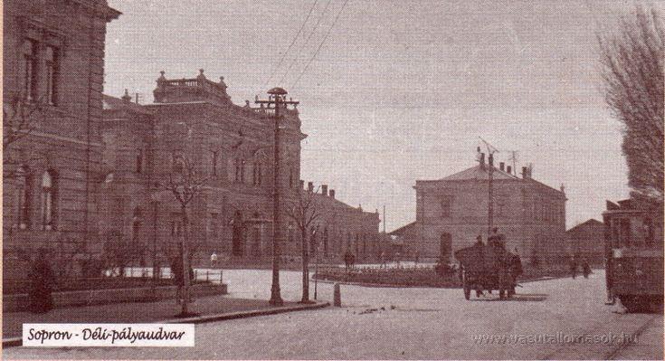 A pályaudvar előtti tér,a városi villamos vasúttal.Megfigyelhető a II.világháborúban elpusztult 2.-es posta tömbje,és mögötte a Déli Vasút fa áruraktára.Forrás:korabeli képeslap