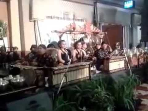 When is gamelan music played? At the wedding party for example. Here is karawitan or gamelan music played with sinden (javanese singer) in wedding party.The concept is more modern because there are only part of gamelan instruments which exist. Gamelan played in any kind events, just like modern music nowadays.