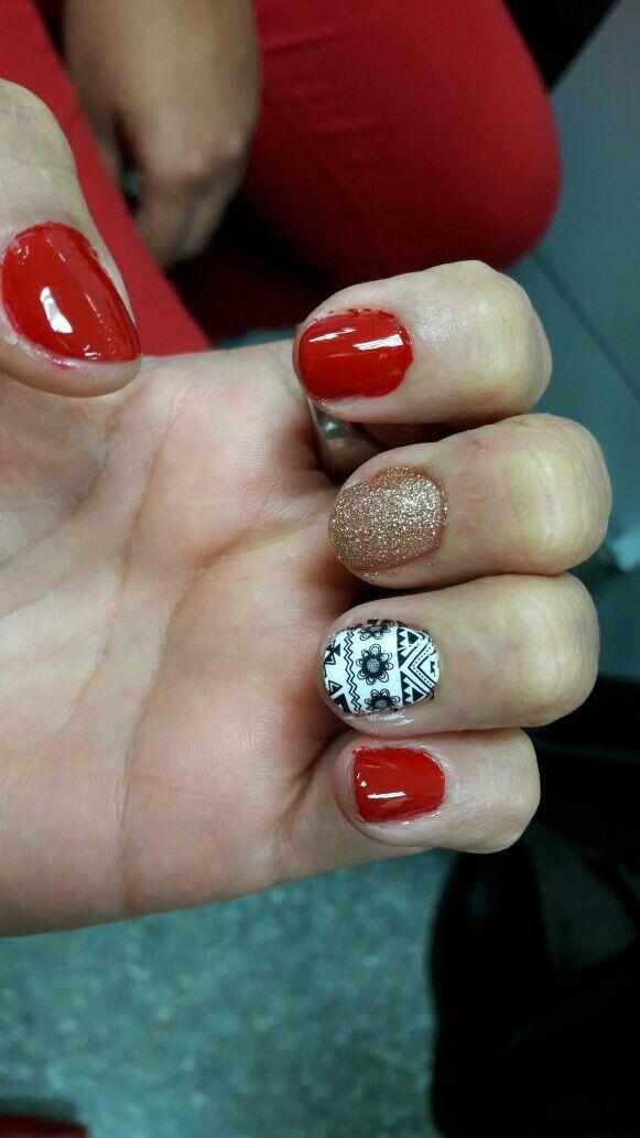 Uñas rojo con diseño