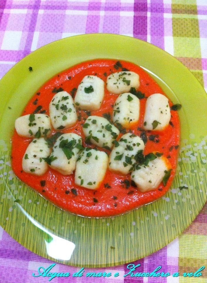 Morbidi di ricotta su salsa di peperoni