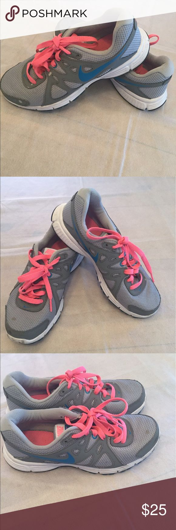 Preowned Nike running shoes This preowned running shoes a still in great condition. No tears. All bundle buys get 20% discount Nike Shoes Athletic Shoes