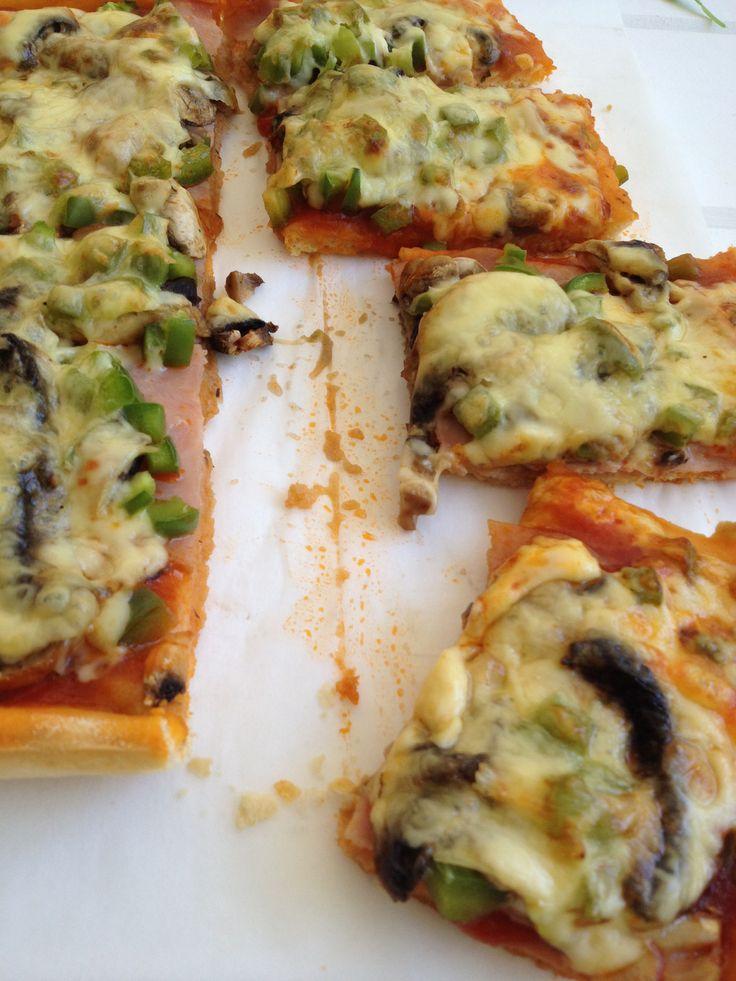 Pizza with mushrooms, green pepper and smoked ham so yummy!! http://www.instyle.gr/recipe/pitsa-prasini-piperia-manitaria-ke-zampon/