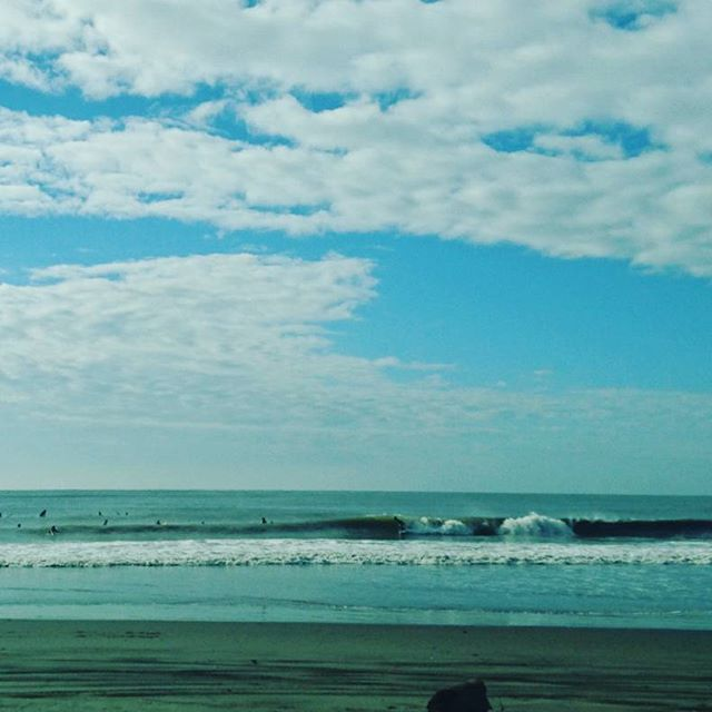 【akihaki】さんのInstagramをピンしています。 《#サーフィン#サーフィン最高#波乗り#波#サーファー#waves#surfingday#surf#surfing#腰ハラ #ダンパー#ドッカーン#グルグル#ビーチ#ビーチライフ #朝イチサーフィン #海と空 #海#朝の海 #晴れ#マンション下 #テトラポット #明日はかんぽかな?》