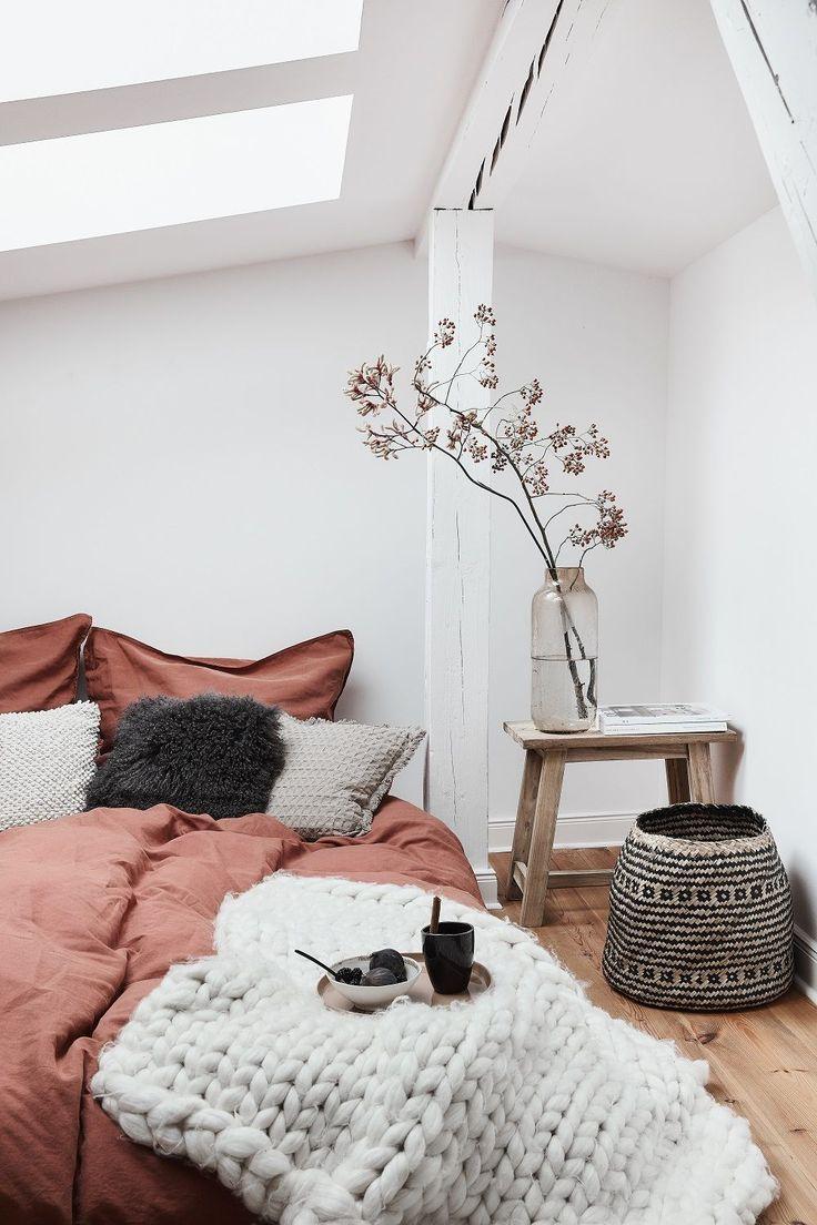 Sweet Dreams! In diesem wunderschönen Schlafzimmer stimmt einfach jedes Detail. Die wunderschöne Bettwäsche Carla, tolle Deko-Accessoires, ein kuscheliges Fell, sowie eine kuschelige Tagesdecke sorgen für einen einzigartigen Look! // Schlafzimmer Bett Kissen Bettwäsche Ideen Einrichten Skandinavisch Nordisch Deko Dekoration Weiss Orange Herbst Autumn #Herbstideen #Schlafzimmer #Schlafzimmerideen #Bett #Kissen #Bettwäsche #Ideen #Einrichten #Skandinavisch #Nordisch #