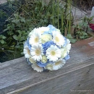 Bruidsboeket witte gerbera en blauwe hortensia