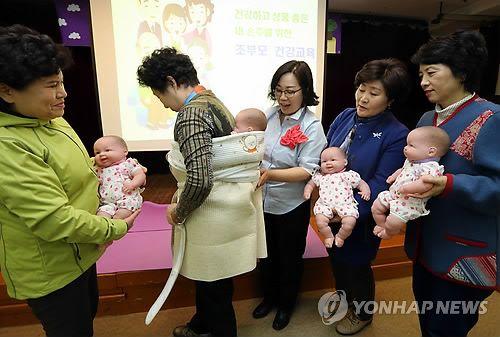 손주 돌보기 교육을 받는 조부모들[연합뉴스 자료사진]